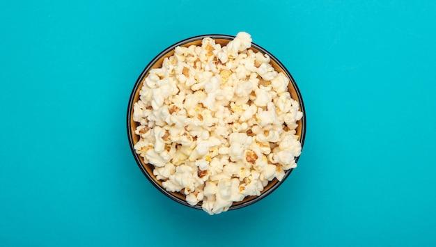 Kom popcorn op blauw