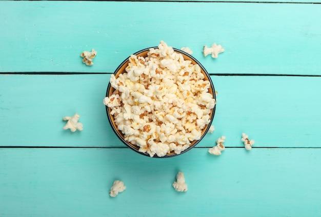 Kom popcorn op blauwe houten