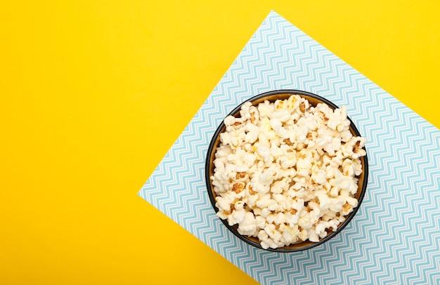Kom popcorn op geel blauw pastel