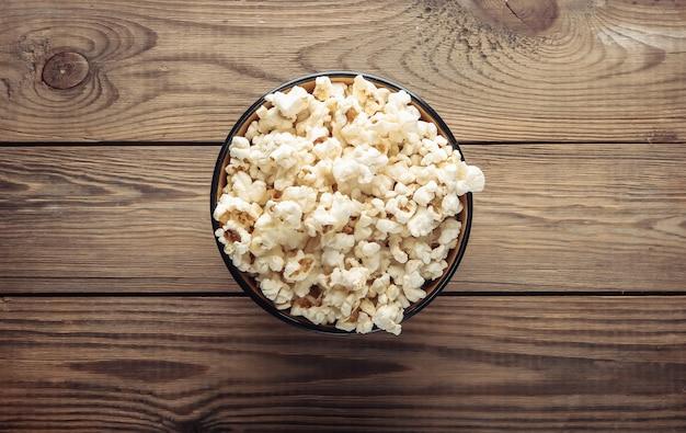 Kom popcorn op houten.