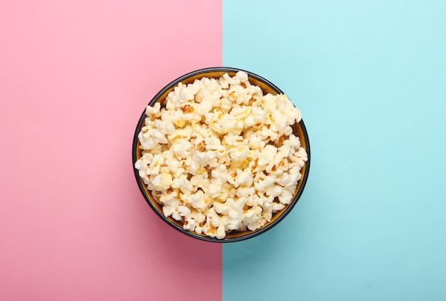 Kom popcorn op roze blauw pastel