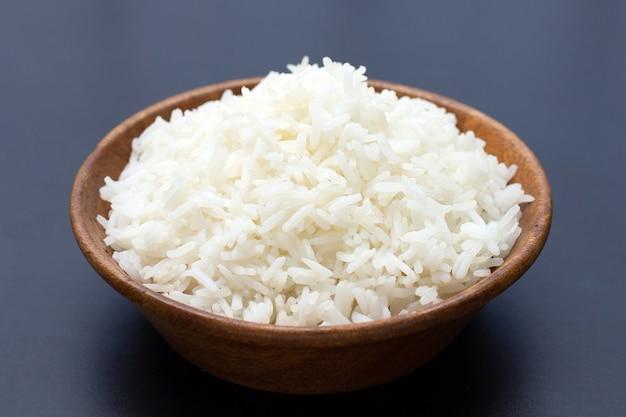Kom rijst op donkere achtergrond.