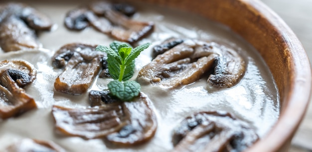 Kom romige champignonsoep