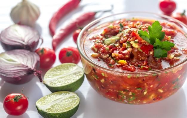 Kom salsa met ingrediënten