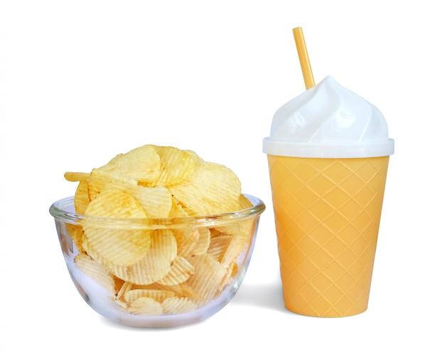 Kom smakelijke geribbelde chips met plastic tumbler-ijsontwerp op witte achtergrond.