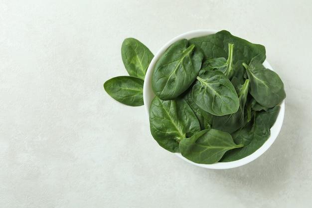Kom spinazie op geweven wit