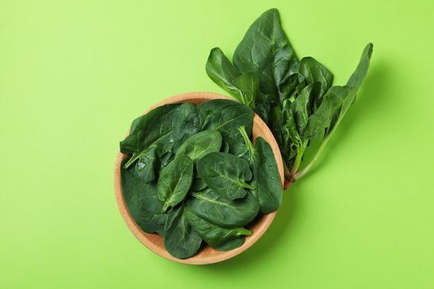 Kom spinaziebladeren op groen