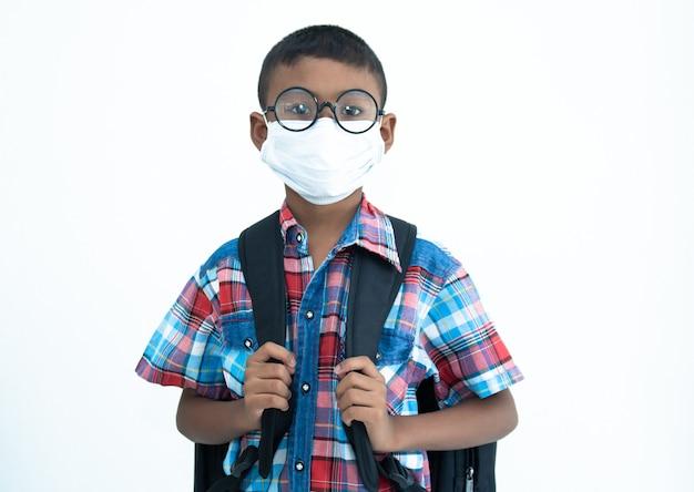 Kom terug naar school, schattige kleine jongen coronavirus beschermen