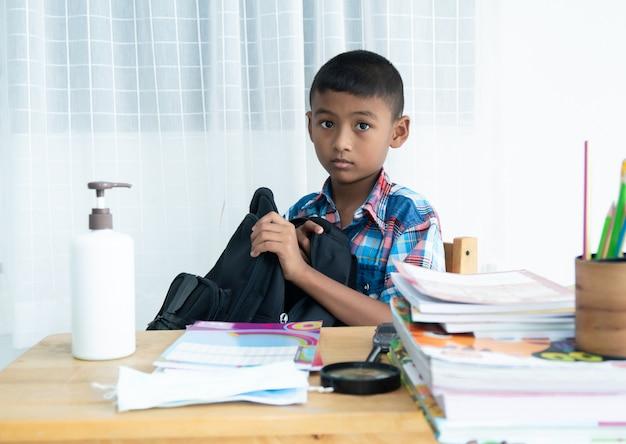 Kom terug naar school, schattige kleine jongen met schooltas