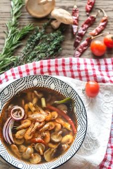 Kom thaise tom yum soep op de houten oppervlakte