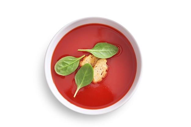 Kom tomatensoep geïsoleerd bovenaanzicht