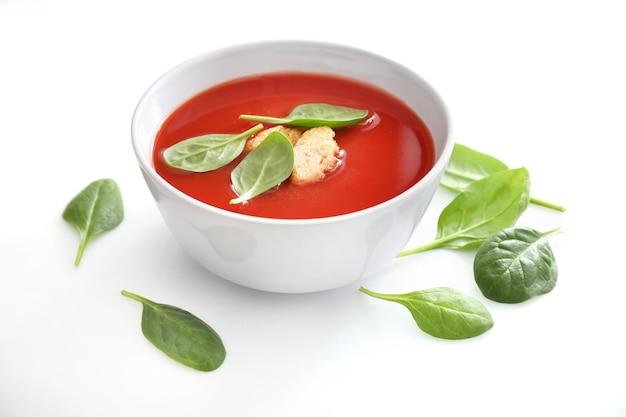 Kom tomatensoep geïsoleerd