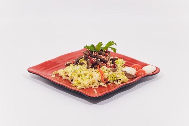 Kom traditionele caesar-salade met geïsoleerde kip en bacon