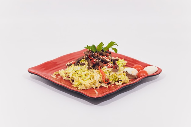Kom traditionele caesar-salade met kip en bacon op witte achtergrond wordt geïsoleerd die.