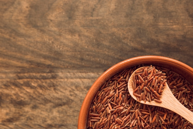 Kom van de jasmijn de bruine volkorenrijst op houten lijst