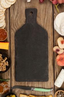 Kom van groene olijven, brood, jam, rozemarijn kruid, kaas en walnoten