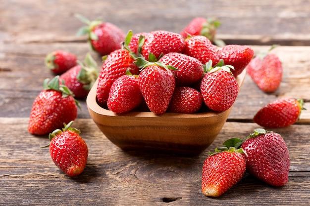 Kom verse aardbeien op houten tafel
