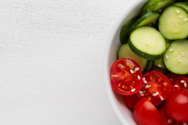 Kom verse salade met exemplaarruimte