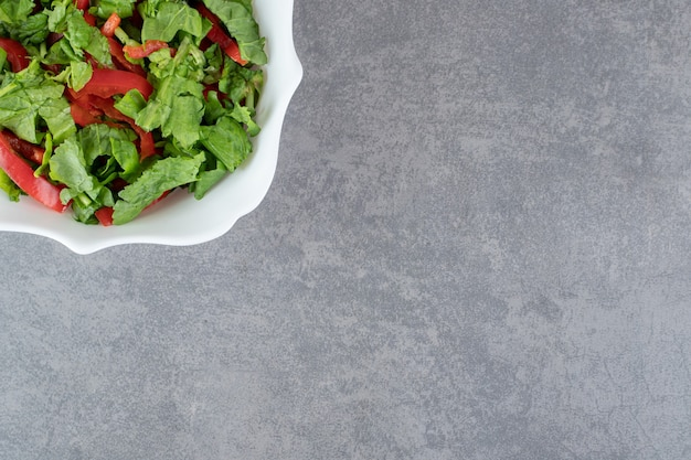 Kom verse salade op marmeren achtergrond. hoge kwaliteit foto