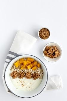 Kom zelfgemaakte muesli met yoghurt en ontbijtgranen