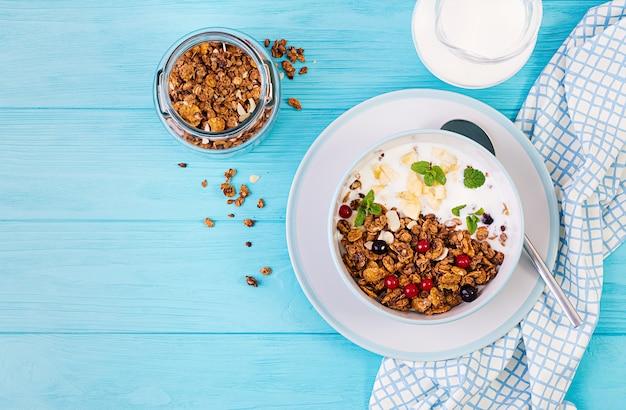 Kom zelfgemaakte muesli met yoghurt en verse bessen