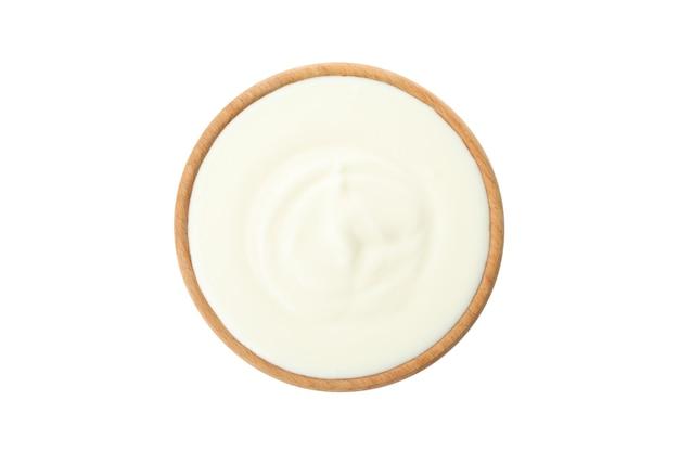 Kom zure roomyoghurt die op wit wordt geïsoleerd