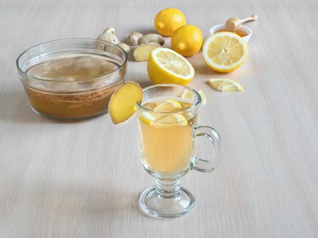 Kombucha-schimmel met gemberwortel, honing en citroen. antiviraal drankje. versterking van het immuunsysteemconcept