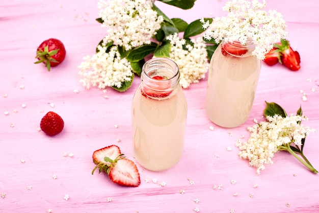 Kombucha-thee met vlierbloesem en aardbeien