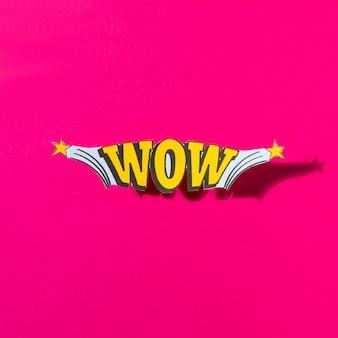 Komische tekstballon met emoties wow op roze achtergrond