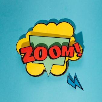 Komische tekstballon met zoom woord op blauwe achtergrond