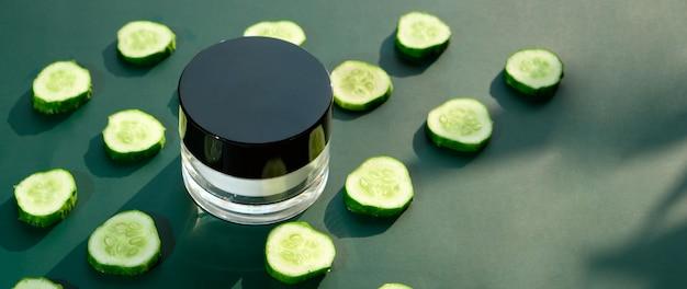 Komkommer crème gezicht, huid en lichaamsverzorging hygiëne vochtlotion wellness therapie masker in glazen pot