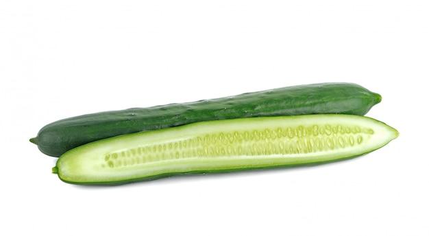Komkommer die op witte achtergrond wordt geïsoleerd