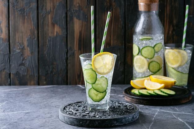 Komkommer en citroen met water doordrenkt