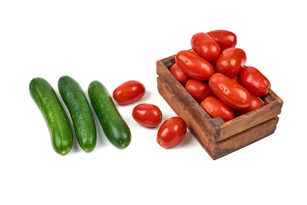 Komkommer en tomaten op een wit.