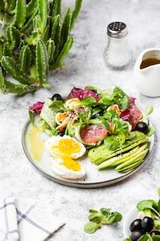 Komkommer, gerookte tonijn en avocadosalade met ei en olijven