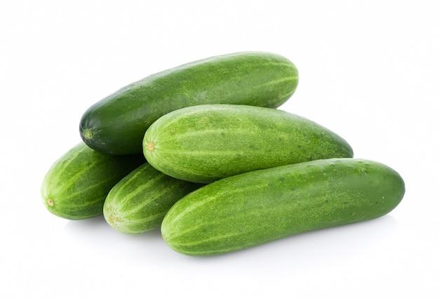 Komkommer op het wit wordt geïsoleerd dat