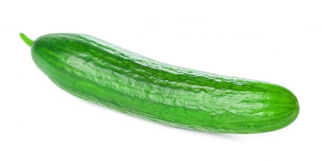 Komkommer op wit wordt geïsoleerd dat