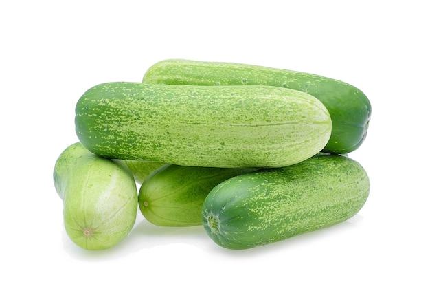 Komkommer op wit wordt geïsoleerd