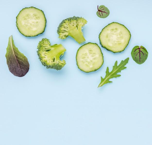 Komkommerplakken met broccoli en saladebladeren