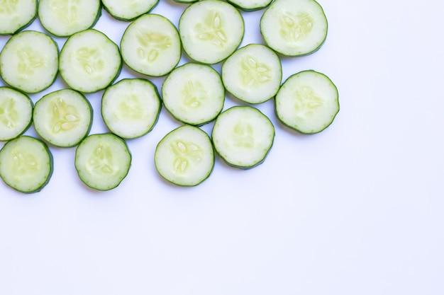 Komkommerplakken op witte achtergrond.