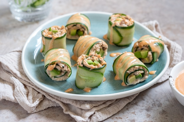 Komkommerrolletje met tonijn, avocado en mayo chilisaus