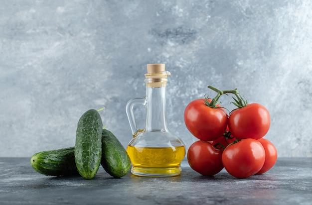 Komkommers en tomaten met verse olijfolie