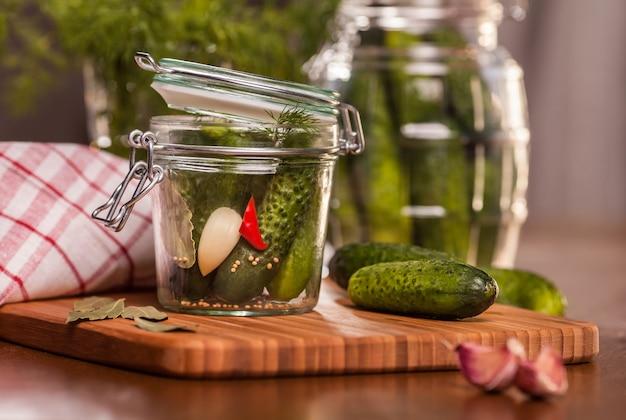 Komkommers in de pot inleggen
