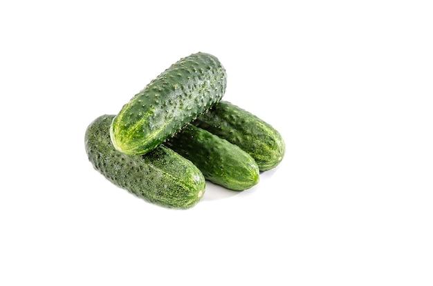 Komkommers op een wit oppervlak