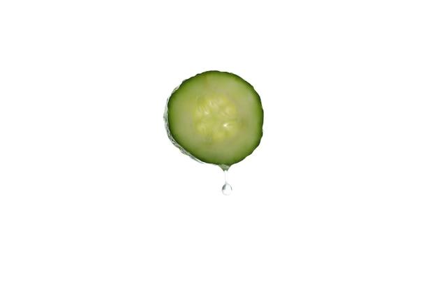 Komkommerschijf met waterdruppel geïsoleerd op een witte ondergrond