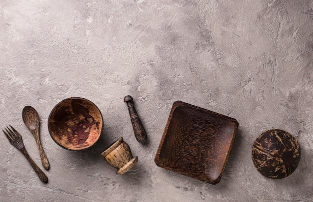 Kommen en borden gemaakt van kokosnoot
