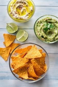 Kommen hummus en guacamole met tortillachips