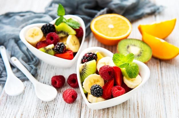 Kommen met fruitsalade