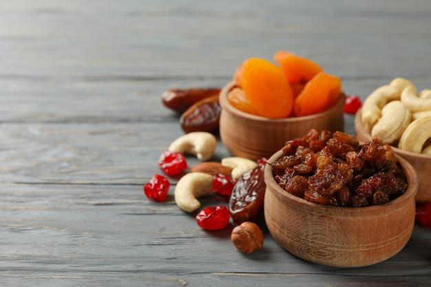 Kommen met gedroogd fruit en noten