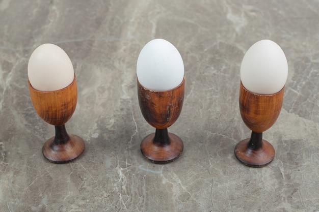 Kommen met gekookte eieren op marmer. hoge kwaliteit foto